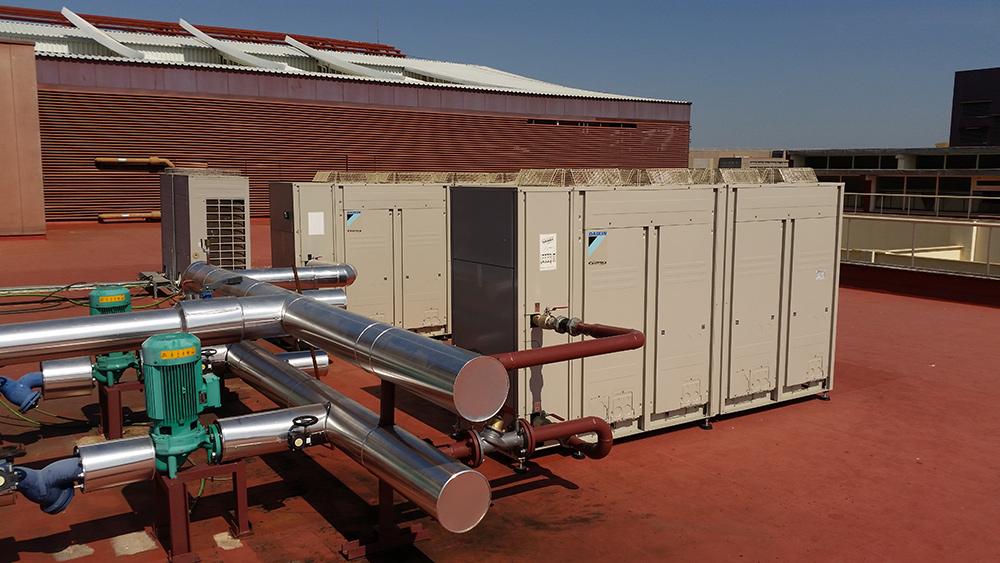 Instalación de enfriadoras en la Escuela de Ingenieros (Sevilla)